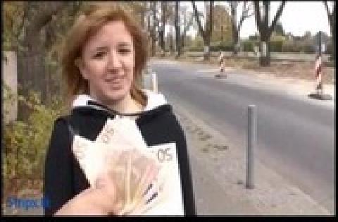 Privates Mädel von nebenan lässt sich für Geld vor der Kamera ficken