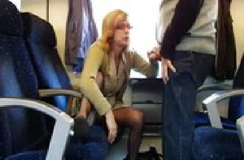 Deutsches Amateur Sexvideo mit reifer Frau, die im Zug bläst und die Titten zeigt