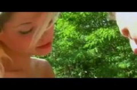 Junge Blondine wird draußen im Freien gefickt und besamt