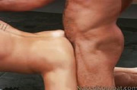 Zwei schwule Männer kämpfen miteinander und der Verlierer wird anal durchgefickt