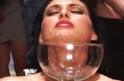 Spermageile Schlampe wird von vielen Männern hintereinander im Gesicht besamt