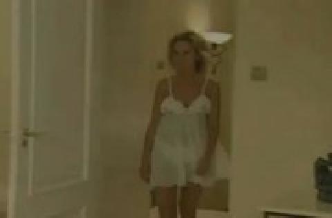 Attraktive reife Frau im weißen Nachthemd wird in beide Ficklöcher gebumst