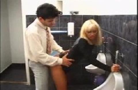 Retro Porno – Vollbusige Blondine wird auf dem Klo schön gebumst und besamt