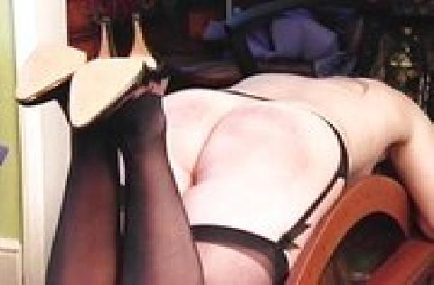 Blonde Sekretärin in Strumpfhosen kriegt mit harten Schlägen den Hintern versohlt