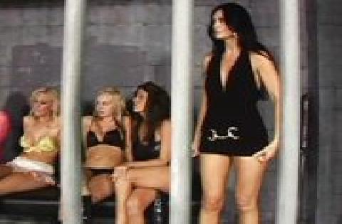 Lesbische Gruppensex Orgie im Gefängnis mit Umschnalldildo und Muschi lecken
