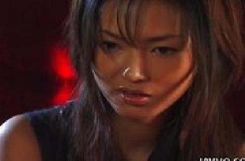 Japanische Frau wichst seinen Schwanz perfekt bis zur Ejakulation