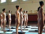 Eine ganze Gruppe Frauen ist bei gymnastischen Übungen vollkommen nackt