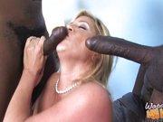 Reife blonde Mutti mit dicken Titten steht auf Sex zu dritt mit Afroschwänzen
