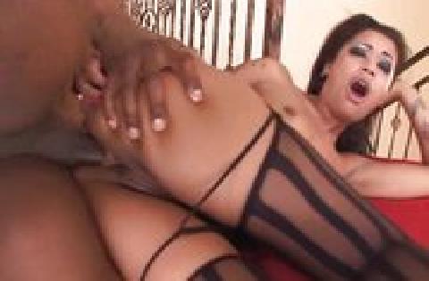 Flachbrüstiges Afroluder lässt sich gern die enge Arschmuschi penetrieren