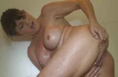 Vollbusiges Luder beim Duschen und Muschifingern gefilmt – Amateurporno
