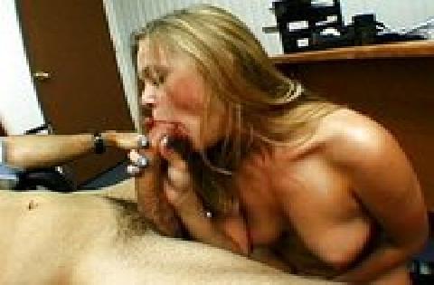 Blondes Mädel will sich mit Pornos Geld verdienen und fickt vor der Kamera zum 1. Mal
