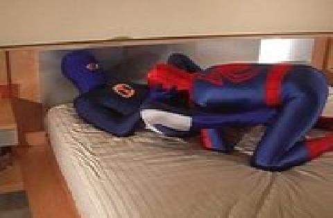 Amateur Porno – zwei schwule Kerle im Spiderman Kostüm ficken sich gegenseitig