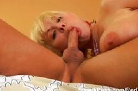 Blondine mit riesig großen Titten treibt es mit ihrem Freund vor der Kamera