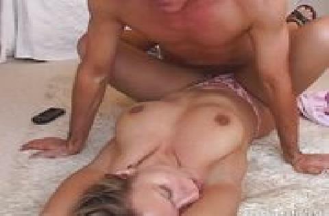 Sie ist schon total feucht in der Pussy und geil auf seinen Schwanz