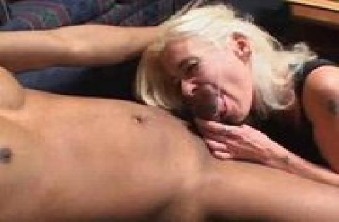 Reife Blondine mit kleinen Titten wird von grossem Schwanz in alle drei Löcher gefickt