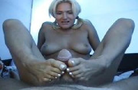 Sexgeile Blondine beim Fußsex und Schwanz wichsen in einem Zelt