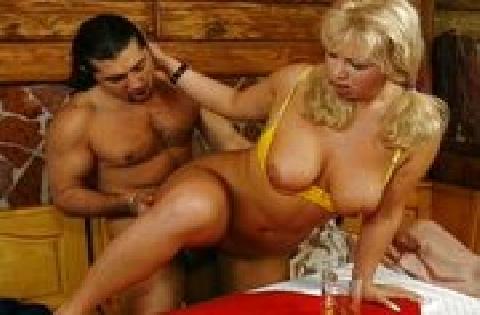 Prallbusige Blondine lässt sich auf dem Tisch durchficken und besamen