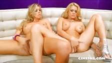 Blonde Pornostars lecken sich die Mösen, Fingern und schieben sich Dildos rein