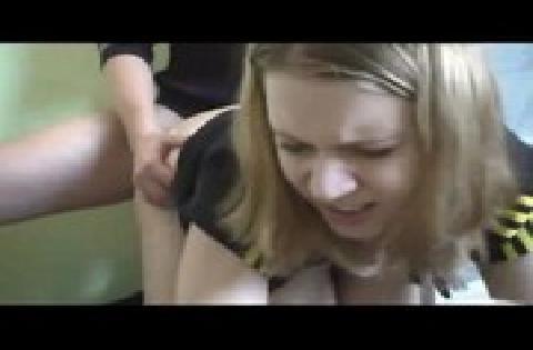 Blondes deutsches Luder mit Riesentitten bläst und wird durchgefickt